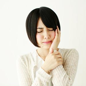 顎の痛みを訴える女性