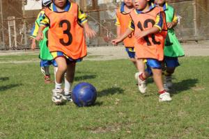 サッカーを楽しむ子ども