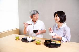 食事を楽しむ夫婦