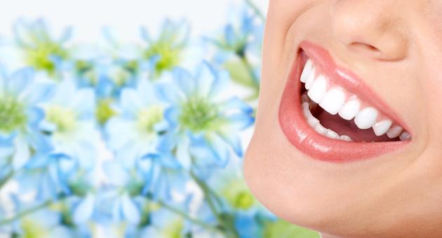白い歯の口元