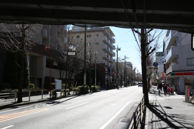 厚木街道(246号)高架道路の下をまっずぐ進みます