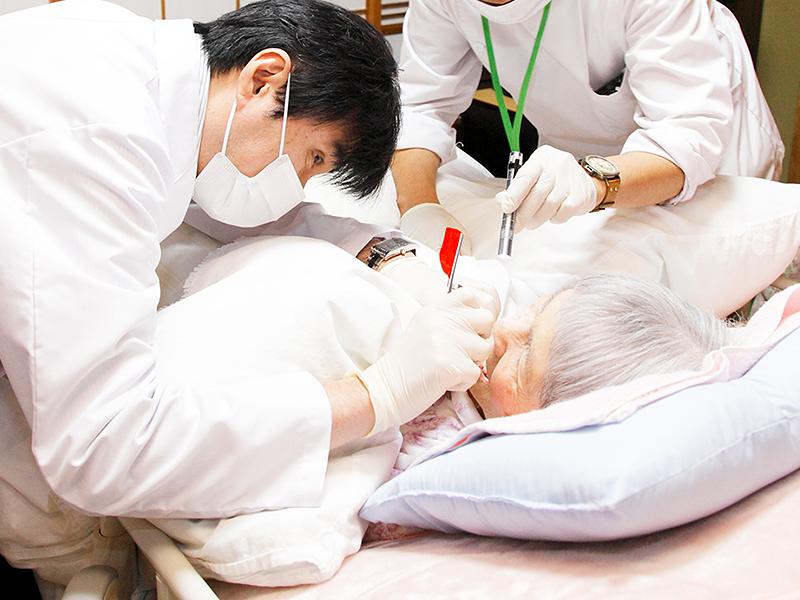 訪問歯科診療風景